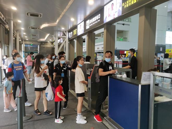暑期,上海站加强对客流高峰时段旅客进站的引导组织,确保安全有序、不集聚。 本文图片均为中国铁路上海局集团有限公司供图