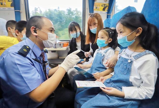 宁波至西安K466次列车上,乘务人员向儿童旅客宣传乘车安全知识。
