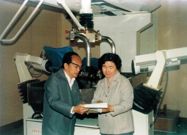 上世纪八十年代初期,陈亚珠院士与恩师唐耀宗教授在JT-ESWL-II型肾结石体外碎石机前.JPG