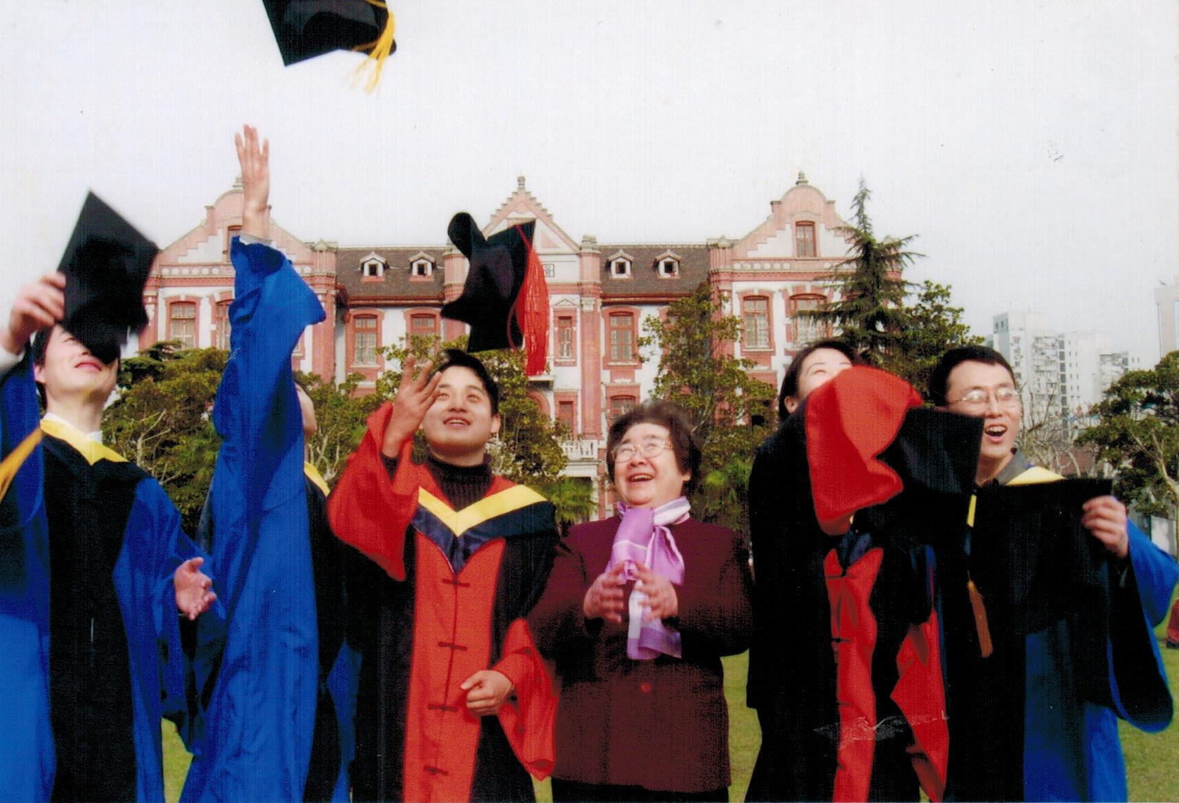 本世纪初,陈亚珠院士与博士生们一起抛毕业帽,共同分享毕业时刻的喜悦.JPG