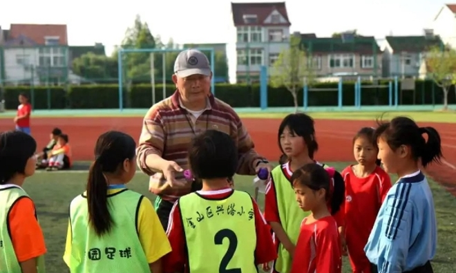 """杨於林:为球""""痴狂""""的他,带领这群""""铿锵小玫瑰""""从学校操场走向世界赛场!"""