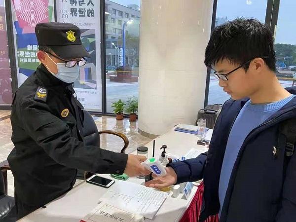 刘师傅为学生测温(上大供图).jpg