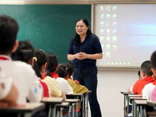 爱的种子——记上海市黄浦区卢湾一中心小学校长、教师吴蓉瑾