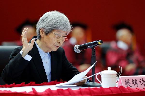 图说:樊锦诗做主旨演讲 学校供图 成钊 摄.jpg