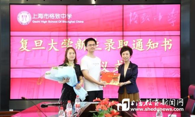 穿越半个上海,复旦大学党委书记焦扬亲自把0001号录取通知书送给他!为什么?