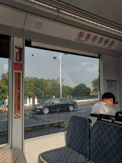 何娜娜回校时乘坐的松江有轨电车,车窗外出现彩虹。