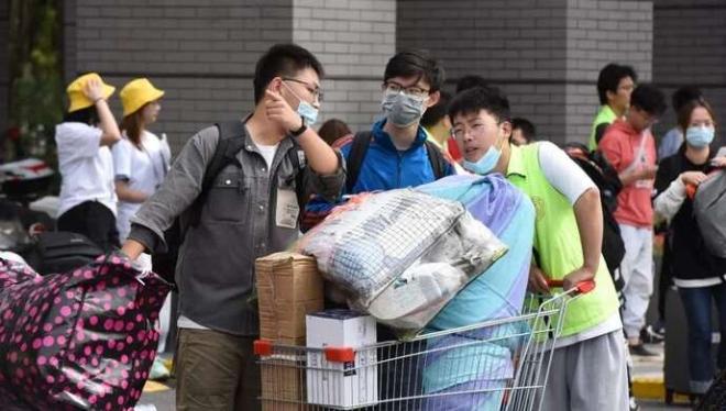 《【麒麟城平台网】终于能养家了!全校64个建档立卡寒门子弟百分百就业,最高1.6万补助新生》