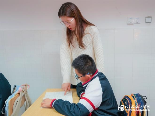 """《【麒麟城平台网】体育老师当不好班主任?宝山这对""""师徒""""这样用实力正名》"""