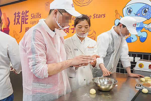 王莉给自闭症孩子传授烘焙技能上海第46届世界技能大赛事务执行局 供图