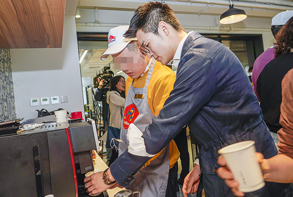 吴煜正在教授自闭症孩子制作咖啡上海第46届世界技能大赛事务执行局 供图