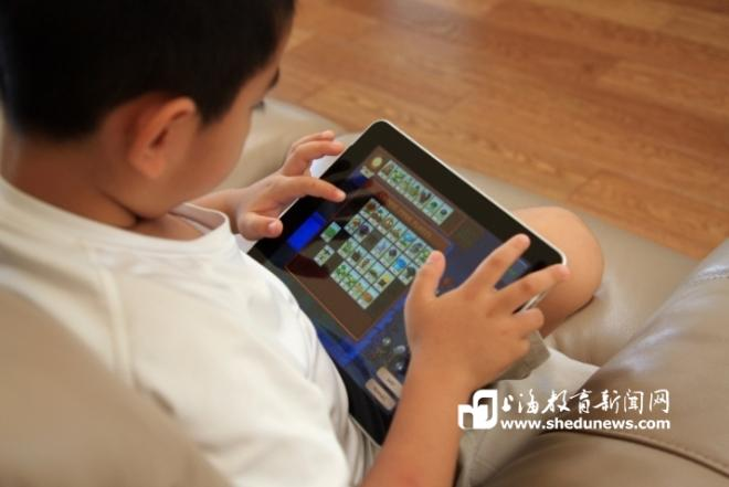 """数字化时代的家长必修课:控制儿童接触屏幕的""""安全剂量"""""""