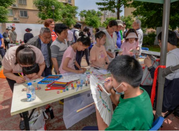 """让社区青少年在创意艺术体验中感受""""善文化""""的力量"""