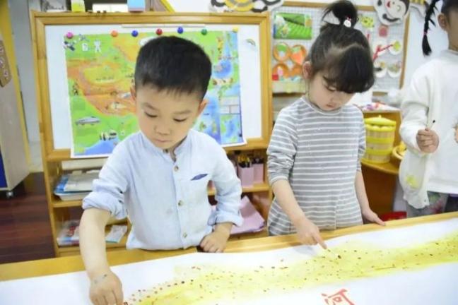 """一本书读一个月?浦东这所幼儿园的""""精准阅读""""成为幼儿、教师、家长共同成长的重要抓手"""