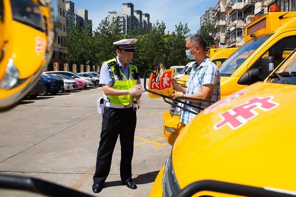 宝山警方护航开学季。宝山公安 图