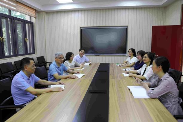 华东理工大学工科化学系列课程创新教育团队在集体研讨.jpg