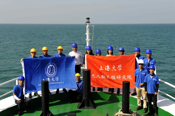 """上海大学""""无人艇""""教师团队携带多型无人艇圆满完成南海综合海岸带地质调查并于母船上留影纪念.jpg"""