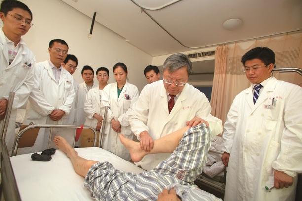 骨健康服务团队在医院病区开展教学查房.jpg