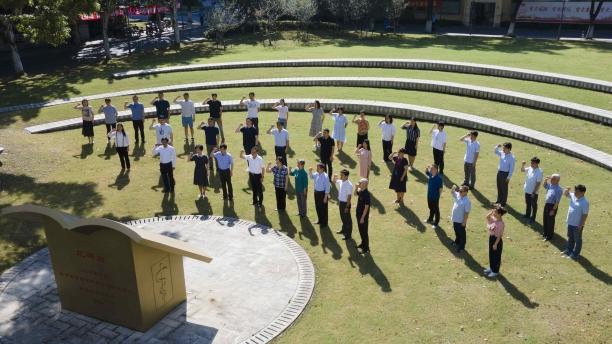 闻玉梅院士带领复旦大学上海医学院病原生物学系医学微生物学教师团队在誓言碑前宣誓.jpg