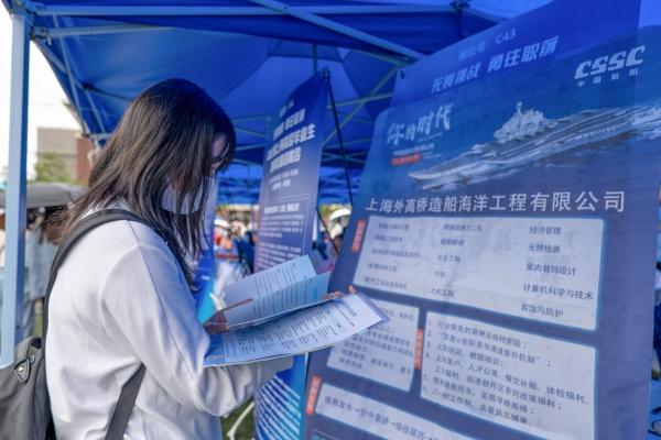 当日共有980家用人单位进场招聘。上海建桥学院 供图