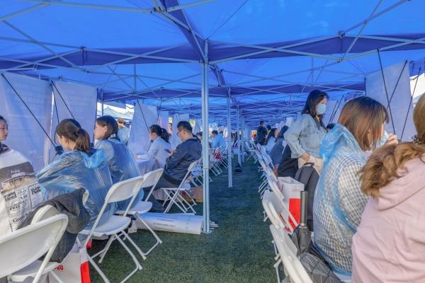 风雨之中,活动进场学生数达14000余人。上海建桥学院 供图